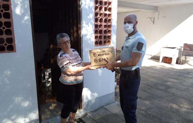 Doação de cabazes a idosos de Santiago do Cacém no âmbito da parceria GNR e Fundação Benfica