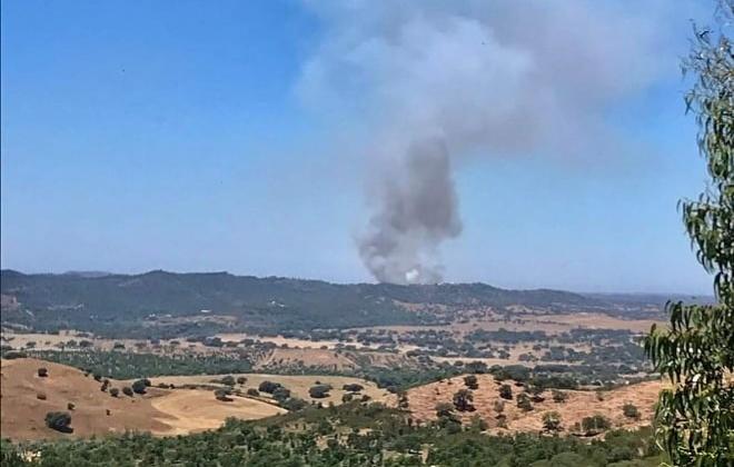 Bombeiros combatem incêndio em Colos, Odemira