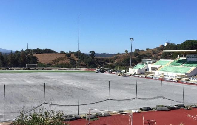 Começou hoje a ser colocado o novo relvado sintético do Estádio Municipal de Odemira