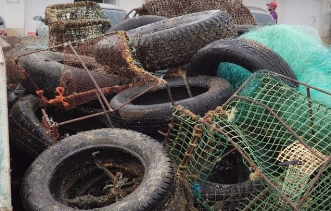 Foram retirados 70 metros cúbicos de resíduos dos fundos do porto de pesca de Sines