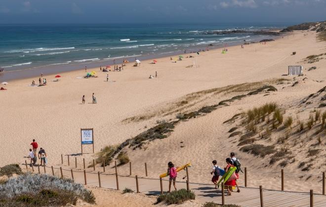 Onda de assaltos preocupa banhistas na praia do Malhão, em Odemira