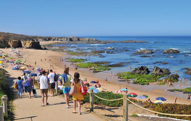 Oito praias do concelho de Odemira contam com nadadores salvadores a partir de amanhã