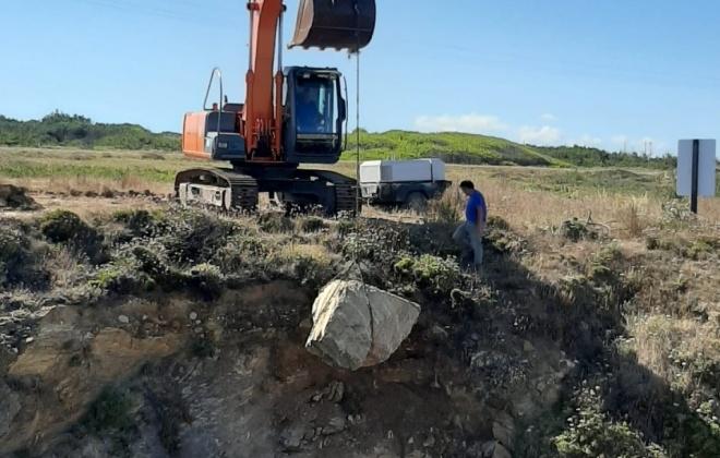 Autoridades retiram pedras que estavam em risco de cair na praia da Samouqueira