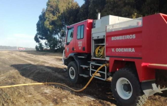 Dezenas de bombeiros e três meios aéreos combatem incêndio em Vila Nova de Milfontes